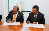Michel Sidibé and Tewodros Melesse sign the memorandum