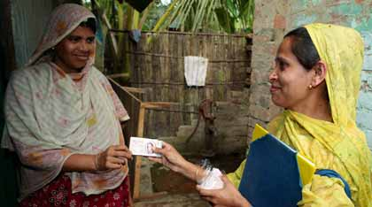IPPF volunteer in Bangladesh gives a woman information and condoms