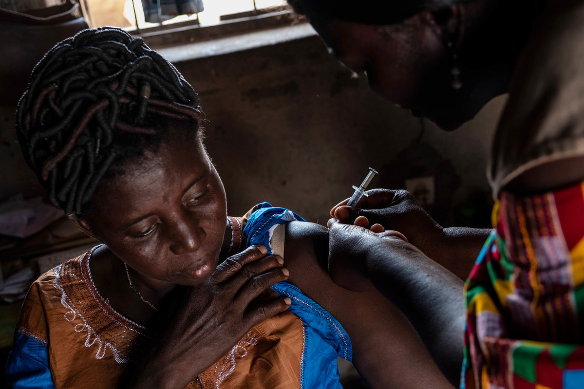 Abassa, community health workers gives Koutchona her contraceptive injection