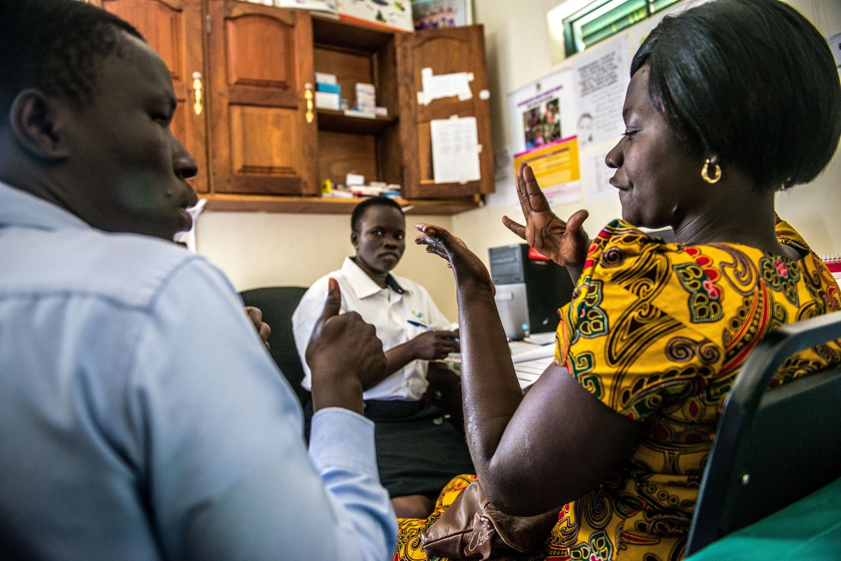 Client with hearing impairment uses sign language with IPPF staff