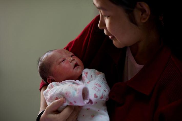 chinese woman with a baby. photo credits: Ed Jones/AFP/Getty Images