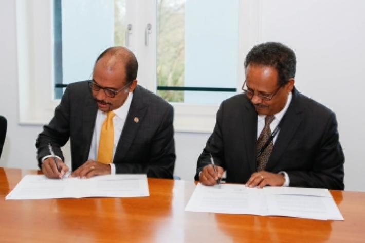 Michel Sidibé and Tewodros Melesse sign the memorandum
