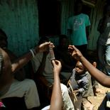 Condom demonstration in Kenyan slum
